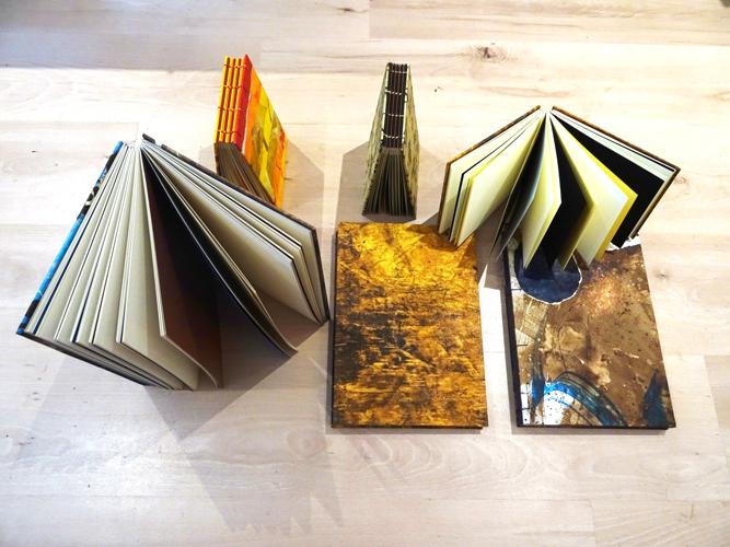 carnets ouverts tranche en couleurs